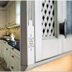 Drewniane elementy w naszym domu: drzwi i kuchnie na wymiar