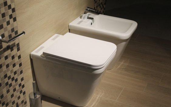 Czystość w łazience – żele i kostki do WC