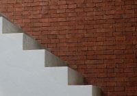 Schody betonowe czy drewniane? Które zastosować w domu?