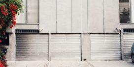 Drzwi garażowe uchylne – co warto wiedzieć, zanim je kupimy?