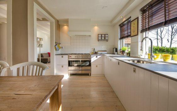 Stoły i krzesła w otwartej kuchni