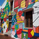 Ściany bloków nie muszą być szare. Murale coraz częściej zdobią osiedla.