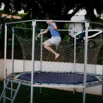 Trampolina ogrodowa dla dziecka – jakie standardy powinna spełniać?